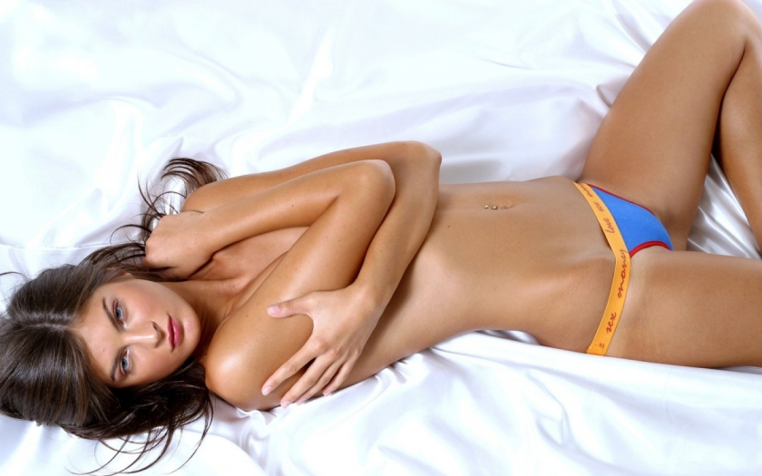 Sexy-Girl-On-Bed-28-1680X1050-Sexy-Wallpaper